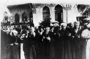 Mustafa Kemal Atatürk betet bei Eröffnung einer Firma. Ihm war die Industrialisierung und der Fortschritt sehr wichtig.