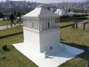 Das Mausoleum von Halikarnassos als Miniaturmodell.
