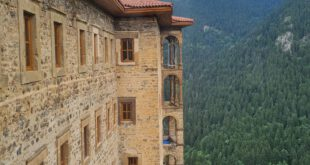 Sumela-Kloster (türkisch Sümela Manastırı auch Meryem Ana ist ein ehemaliges griechisch-orthodoxes Kloster aus byzantinischer Zeit in Maçka (Provinz Trabzon). Der Name stammt vom griechischen Melas (Schwarz), nach dem griechischen Namen des Berges, in dessen Felswand das Kloster gebaut wurde.