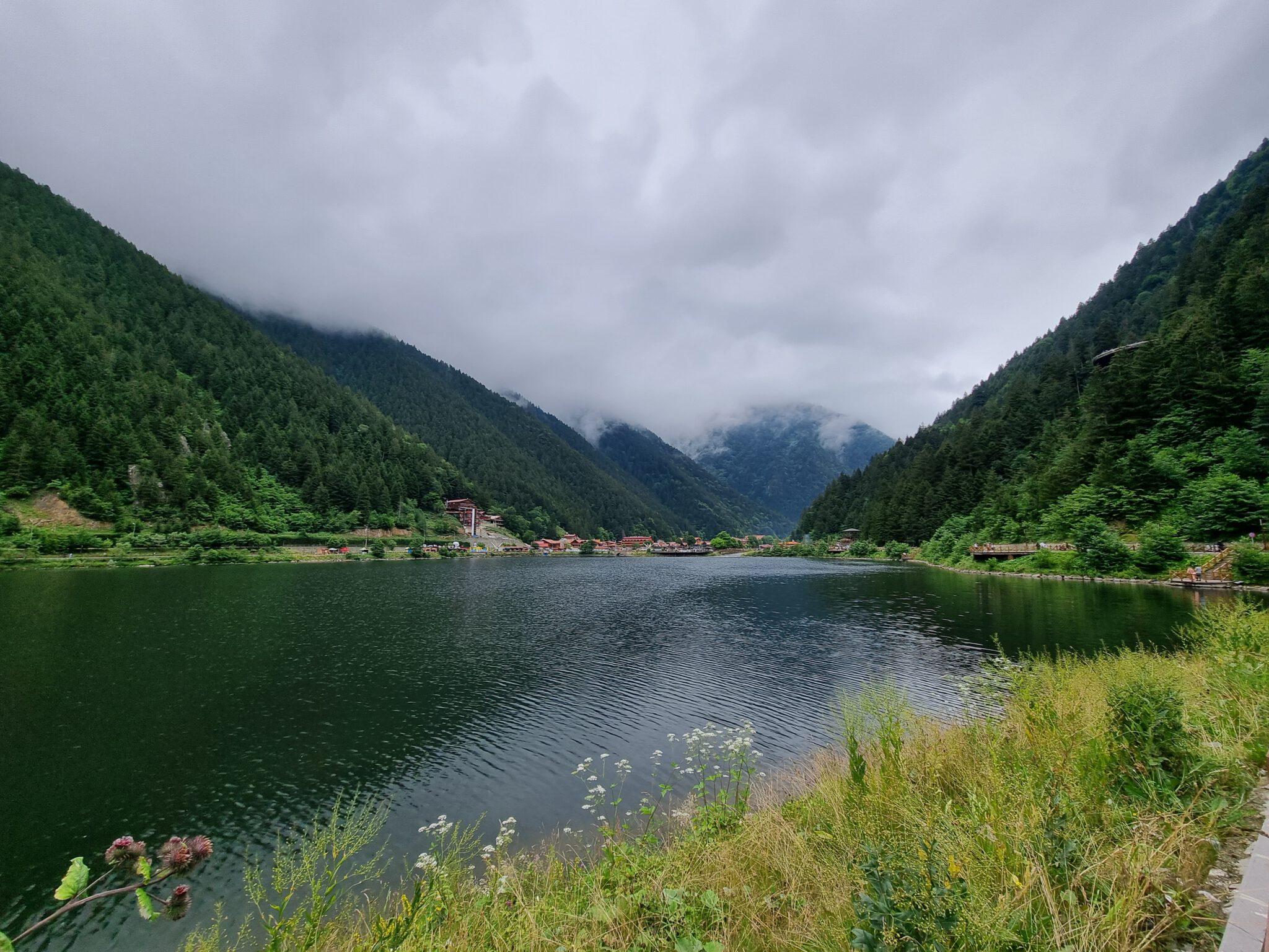 """Uzungöl (Deutsch: """"langer See"""") ist ein See im Landkreis Çaykara. Sie ist ca. 100 km zur Innenstadt von Trabzon entfernt. Er ist durch einen Erdrutsch entstanden, welcher das Bachbett zu einem Abdämmungssee im Tal des Haldizen-Bachs machte. Uzungöl ist ein großer Tourismusmagnet, vor allem für Arabische Touristen. Oben auf dem Berg gibt es noch einen guten Aussichtspunkt. Bei gutem Wetter unbedingt auf die Karester Yaylasi fahren."""