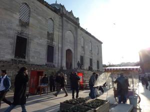 Strassenhaendler vor der Yeni Camii